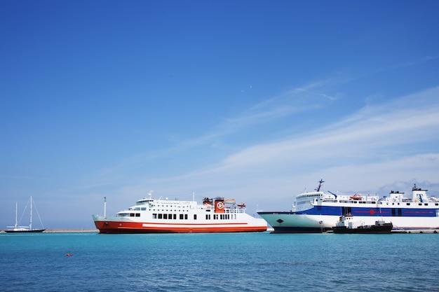 포트, zakinthos, 그리스 섬. 큰 유람선.