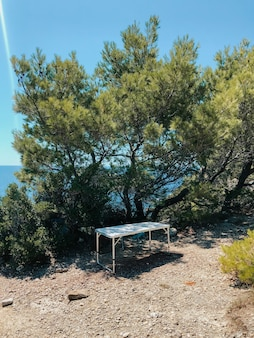 여름에 야외에서 휴대용 의자와 테이블. 자연, 산, 강, 태양. 관광 여행
