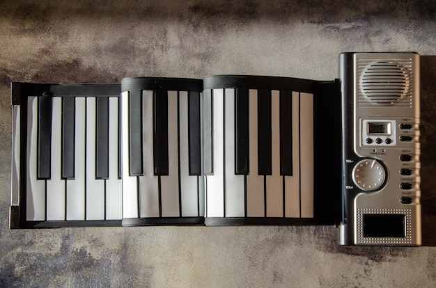 휴대용 접이식 전자 피아노 키보드. 실리콘 키가 있는 유연한 전자 피아노.