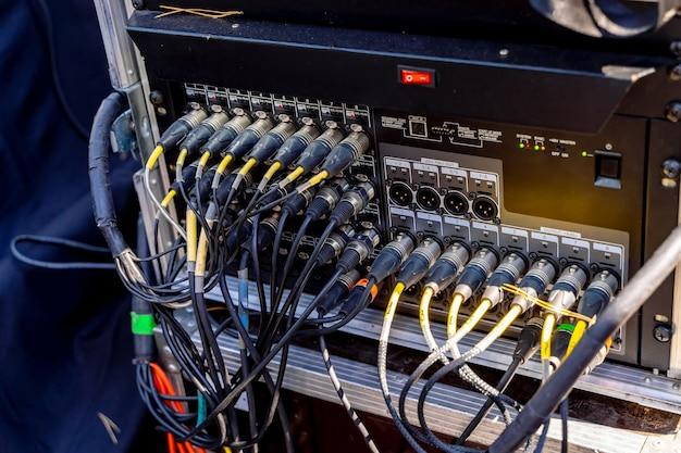 ポータブルpaシステム。サウンドエンジニアのミキシングコンソールの入力に接続されたケーブル。閉じる。