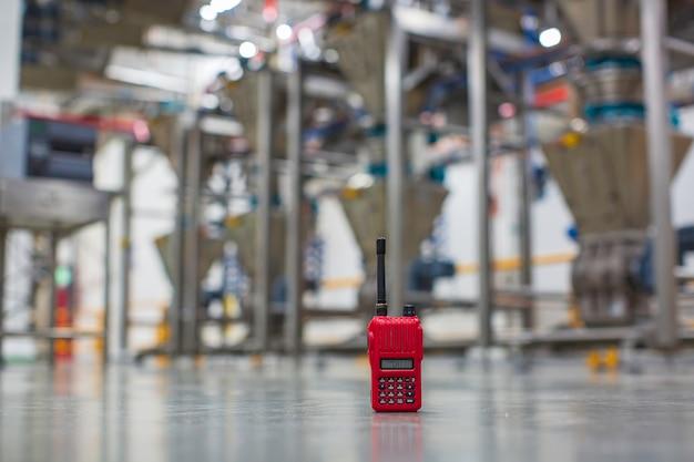 Портативное радио красный на фоне фабрики пола