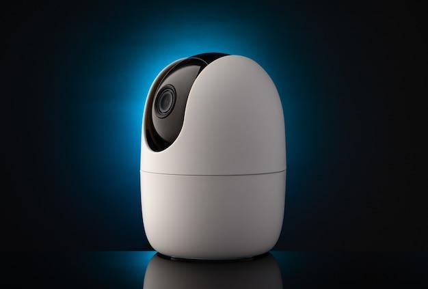 네온 불빛의 어두운 표면에 대한 휴대용 보안 카메라
