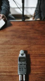 木製のテーブルにポータブルサウンドレコーダー