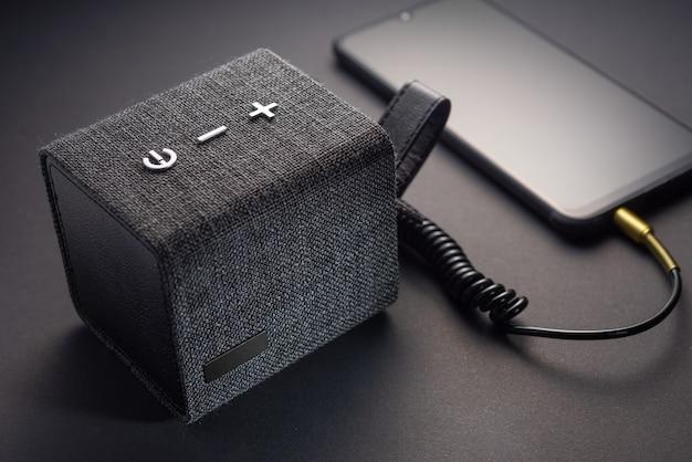 스마트폰에 보조 케이블을 연결한 휴대용 스피커.