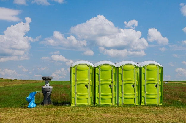 잔디에 휴대용 화장실