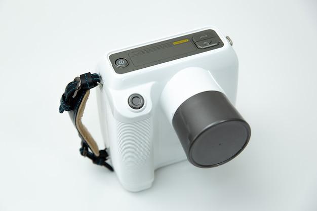 歯科用白色のポータブルx線カメラ-テーブルの正面図に立っています