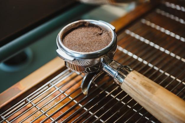 커피 카페에서 커피 기계와 portafilter
