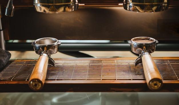 コーヒーカフェ、ビンテージフィルター画像のコーヒーマシンとportafilter