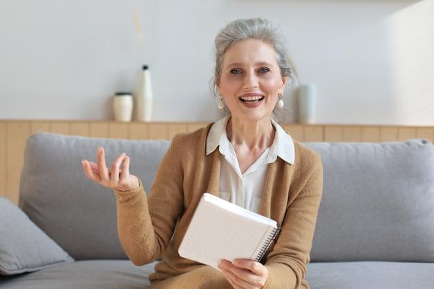 카메라를 보고 웃고 있는 아름다운 중년 여성의 초상화, 화상 통화, 면접 또는 온라인 데이트.