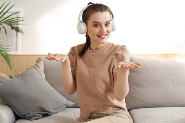 카메라를 보고 웃고 있는 아름다운 여성의 초상화, 화상 통화, 면접 또는 온라인 데이트.