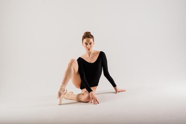 바디 슈트와 흰색에 pointes 신발 관능적인 전문 백인 callet 댄서의 portarit.