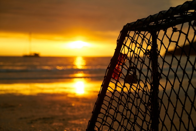 夕暮れ時のビーチでのポーター