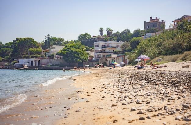 여름 동안 porticello의 자연 해변