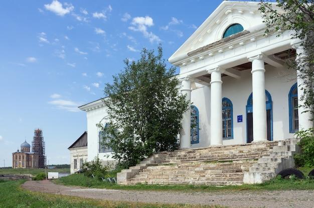 Tugustemir 마을의 오렌 부르크 지역에서 러시아에서 찍은 오래된 집 사진의 기둥이있는 현관 문화의 집 전 지주 저택