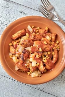 チキンパイナップルサラダの一部と焼きトウモロコシ