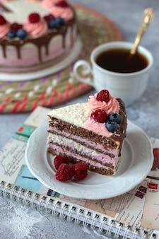 접시와 노트북에 초콜릿 케이크의 일부