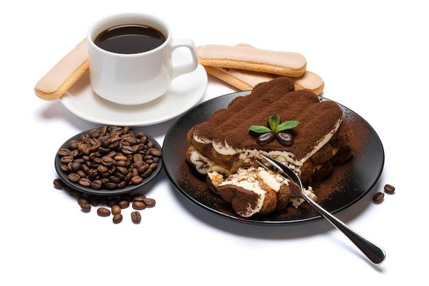 古典的なティラミスデザート、サボイアルディクッキー、白い背景で隔離の新鮮なエスプレッソコーヒーのカップの部分
