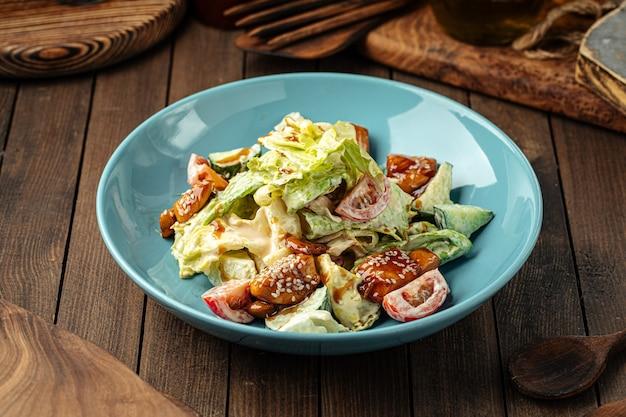 Порция свежего микс-салата с жареной курицей