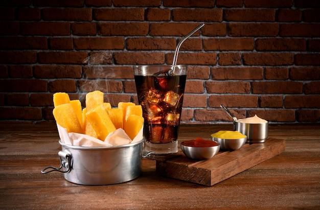 揚げポレンタの一部-マヨネーズ、ケチャップ、マスタード、ソーダを使った伝統的なブラジル料理
