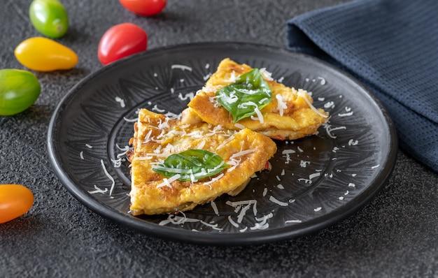 Порция фриттаты с овощами и сыром