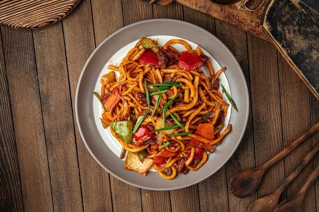 Порция восточного блюда цомян жареная лапша