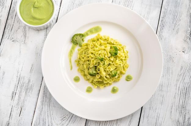 흰색 접시에 브로콜리와 파스타의 부분