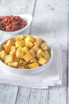 소스와 patatas bravas의 부분