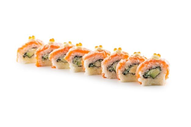 フィラデルフィアロール寿司の一部は、白い背景の上に孤立しています。