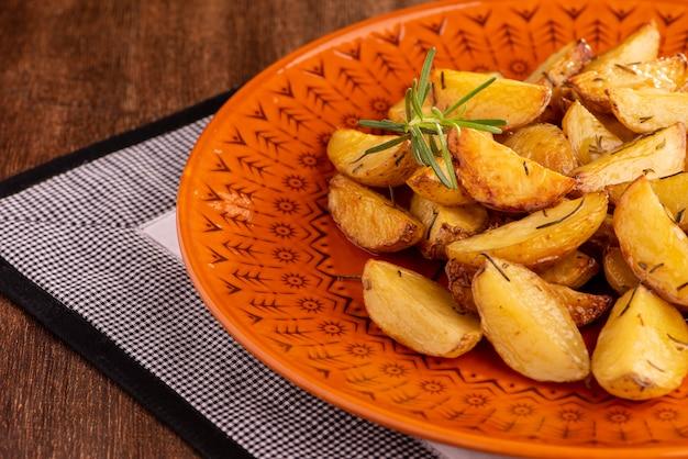 Порция жареного картофеля с оливковым маслом и розмарином