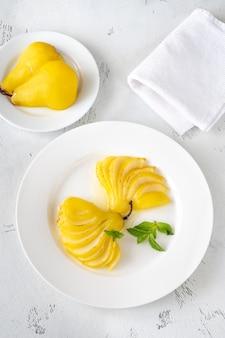 白い皿にサフランポーチド梨の部分