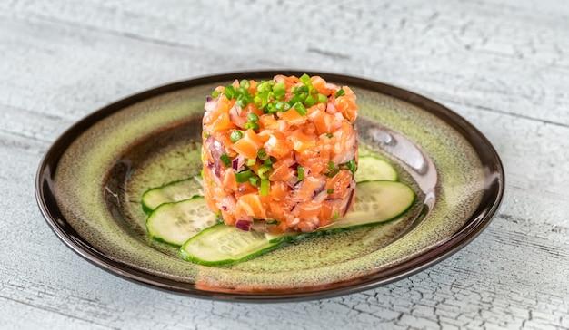 Часть тартара из лосося крупным планом