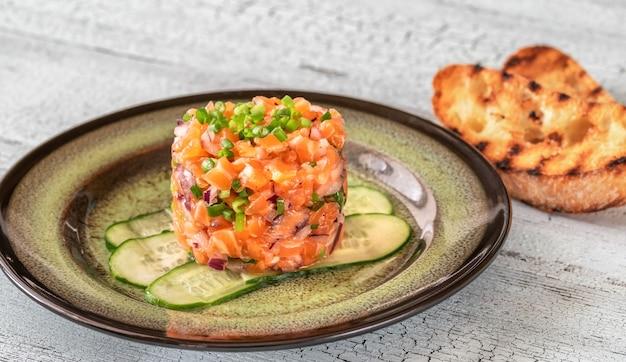 Тартар из лосося с чиабаттой на гриле