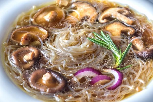 Порция шиитаке с имбирным супом на деревянном столе