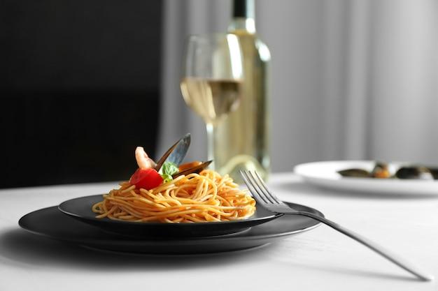 Порция вкусной пасты на сервированном столе