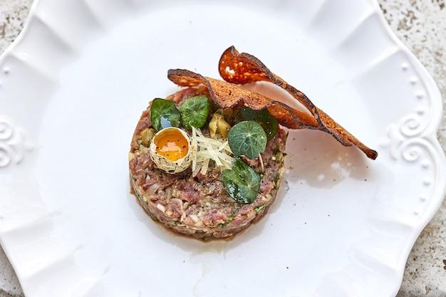 하얀 접시에 있는 참치 타르타르 부분, 위쪽