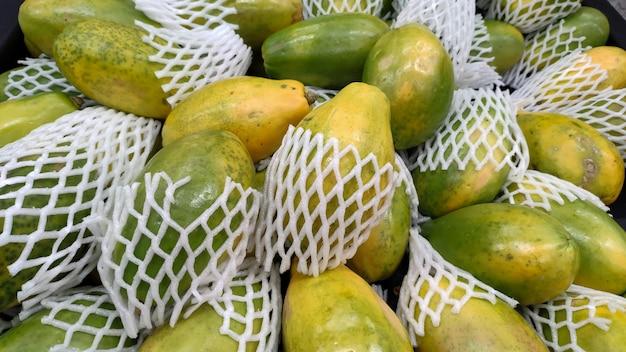 Portion of papayas exposed in the supermarket's gondola. Premium Photo