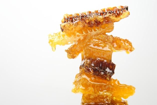 흰색 배경에 신선한 벌집 부분입니다. 비타민 자연 식품. 꿀벌 작업 제품