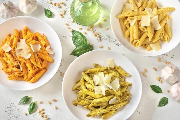 伝統的なオレンジと黄色のペストソースのペンネパスタの一部