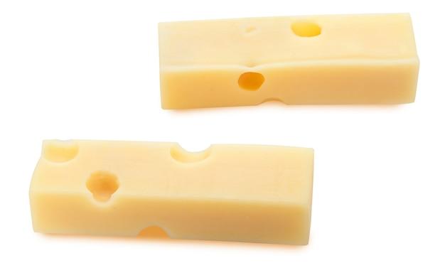 Порции (полоски) швейцарского сыра эмменталь. текстура отверстий и альвеол. изолированные на белом фоне