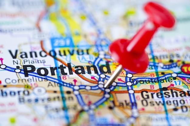 Дорожная карта с красной канцелярской кнопкой, город в соединенных штатах америки сша портленда, орегона.