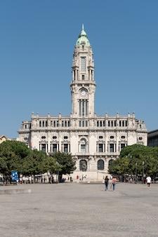 晴れた日にリベルダーデ広場のポルト市庁舎
