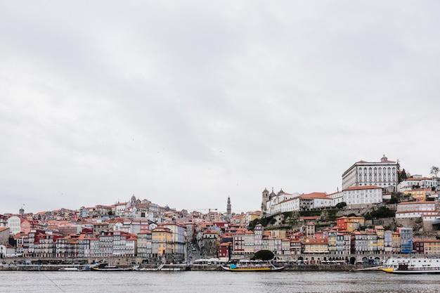 ポルト、ポルトガルドウロ川の旧市街のスカイライン