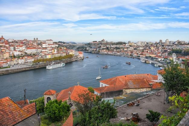 Порту, португалия вид на набережную старого города рибейра с разноцветными домами, традиционными фасадами, старыми разноцветными домами с красной черепицей