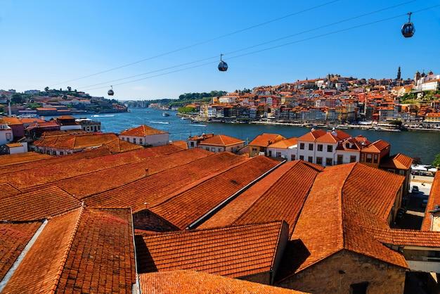 Порту, португалия, панорама старого города с оранжевыми крышами из вила-нова-де-гайя на реке дору