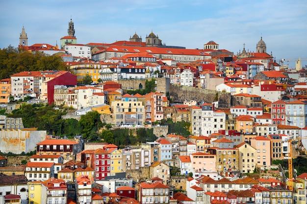 Порту, район рибейра, португалия старый город рибейра с красочными домами, традиционными фасадами, старыми разноцветными домами с красной черепицей
