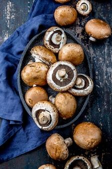 Portobello mushroom、ブラックプレート。暗い、トップビュー