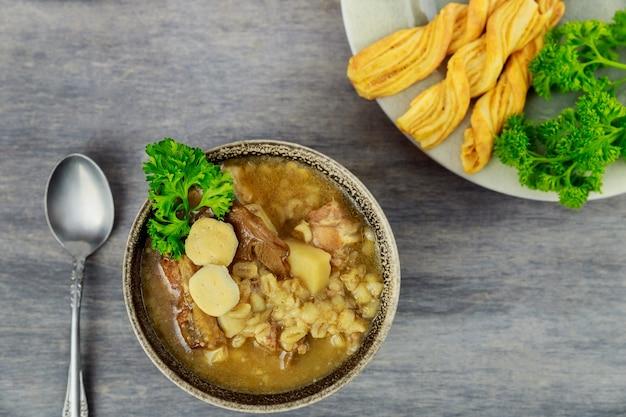 Грибной суп портобелло с картофелем и перловой крупой. закройте вверх.