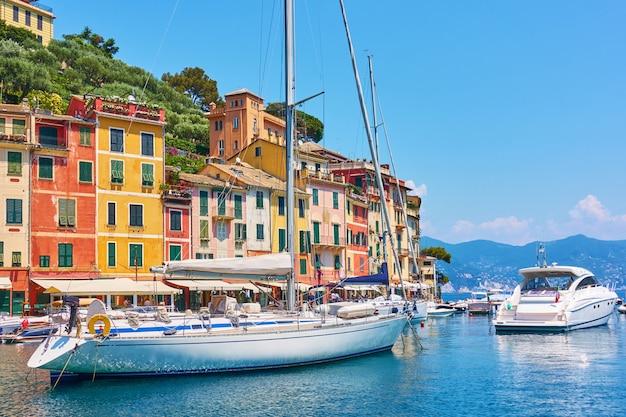 Портофино - бывшая рыбацкая деревня и роскошный курорт сейчас на итальянской ривьере в лигурии, италия.