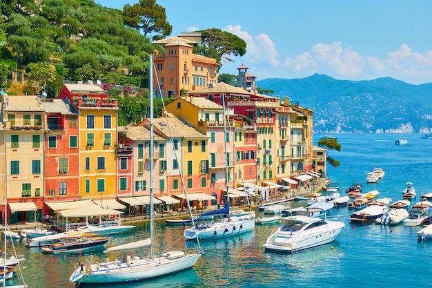 이탈리아 포르토피노. 항구의 해안가와 보트의 전망. 풍경, 이탈리아 경치 좋은 전망