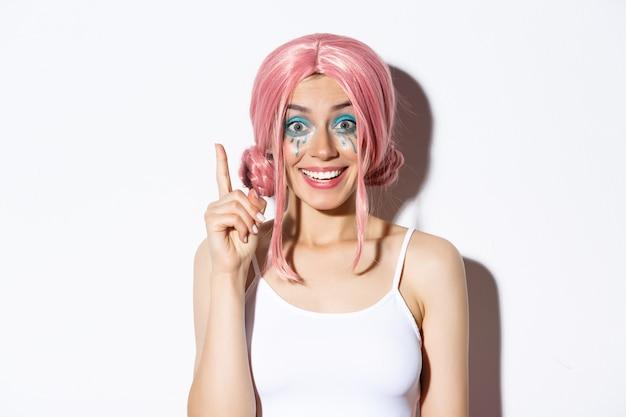 ピンクの短いかつらの女の子の肖像画